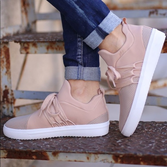 cdc6f4a7aa8 Steve Madden Lancer Sneakers PRICE FIRM. M 5a7b4ecf8af1c5897f20b4c7